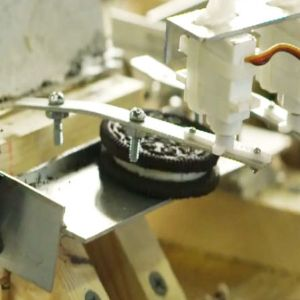 Reclama zilei: Oreo sustine ca separarea biscuitelui de crema necesita inginerie de geniu