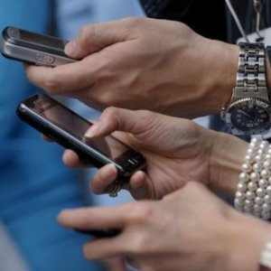 De ce devenim dependenti de SMS-uri, email-uri si Facebook
