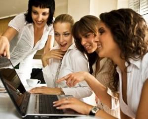 Femeile domina toate retelele sociale, cu o singura exceptie