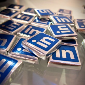 LinkedIn a schimbat designul paginilor de brand si concureaza cu Facebook
