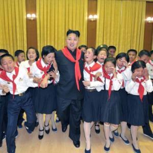Coreea de Nord se rebranduieste: Kim Jong Un ii lasa pe supusii sai sa manance pizza si sa aiba mobil