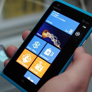 Care este cel mai bun smartphone din lume? Apple zice ca Nokia Lumia 900