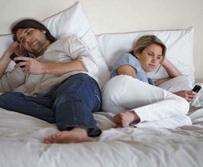 90% dintre tineri acceseaza retelele sociale inainte de a se ridica din pat