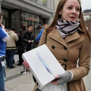Noul iPad e scos la vanzare si, cum era de asteptat, atrage multimi uriase