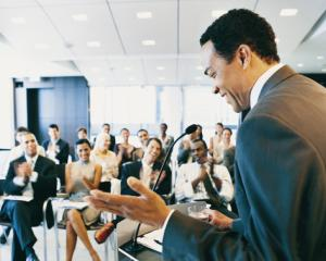 5 tehnici prin care oratorii atrag atentia audientei