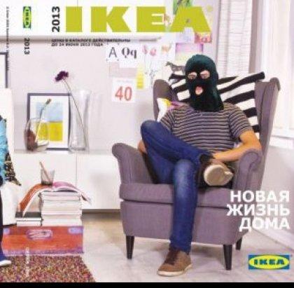 Reclama cu bucluc: IKEA a retras o fotografie de promovare in care apareau tineri cu cagule pe fata