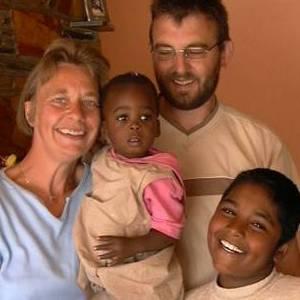 Copiii dati spre adoptie urmariti pe Facebook de parintii naturali