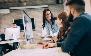 5 moduri eficiente prin care iti poti tine fericiti cei mai buni angajati