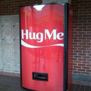 Coca-Cola si automatul de imbratisari