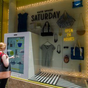 Brand de haine prezinta vitrine interactive